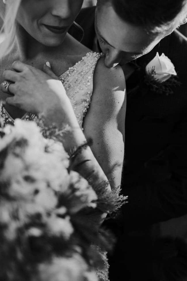 midwest wedding elopement photographer adventurous emily hary travel destination classic bride winter wedding intimate kiss